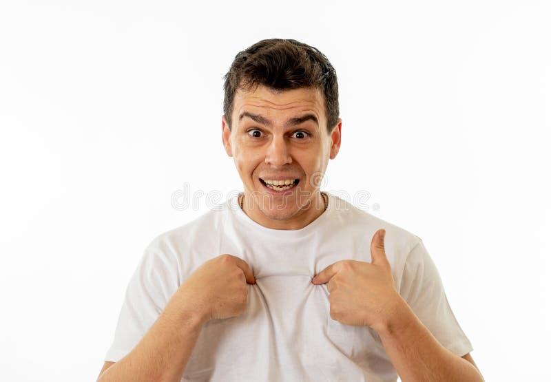 Retrato del hombre sorprendente que siente afortunado, feliz y sorprendido de ganar algo y de ser acertado fotos de archivo