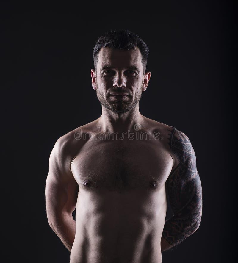 Retrato del hombre tatuado descamisado fotos de archivo libres de regalías