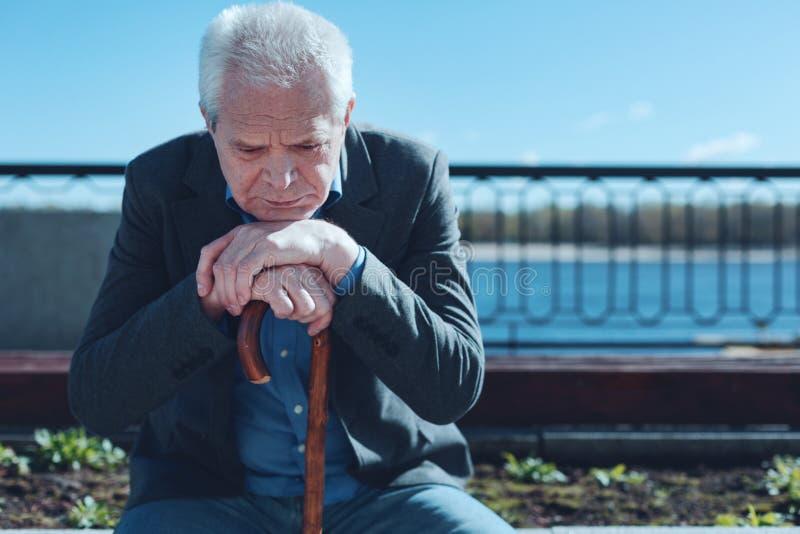 Retrato del hombre triste enfocado que pasa su vida en comentario fotos de archivo libres de regalías