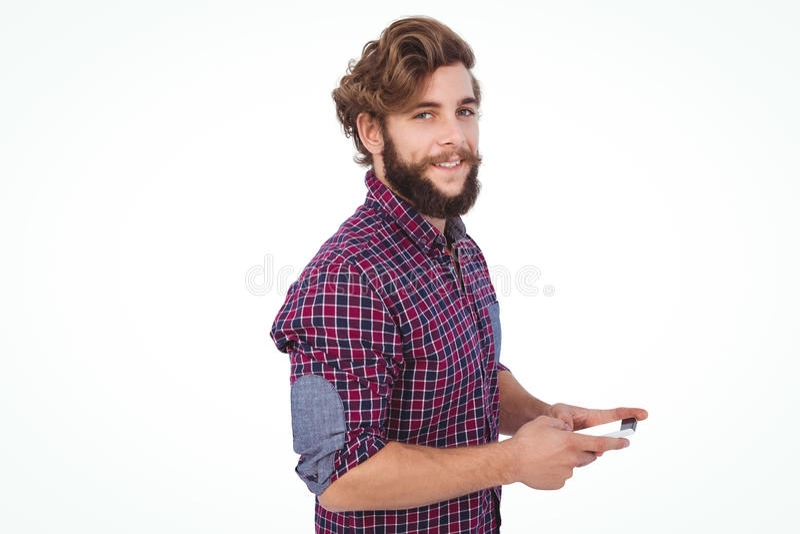 Retrato del inconformista confiado que usa smartphone fotos de archivo libres de regalías