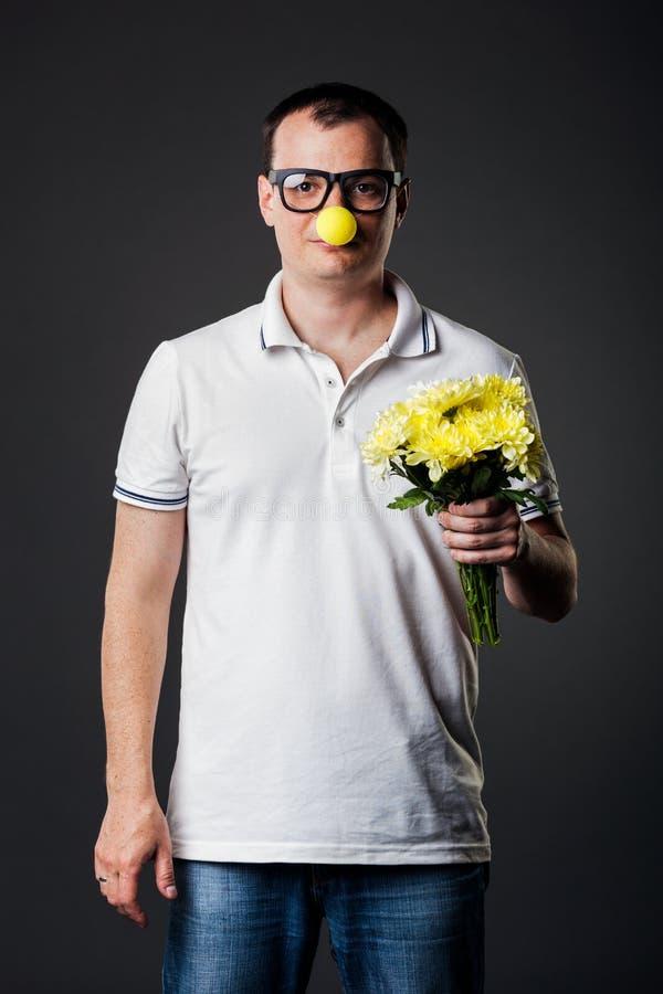 Retrato del individuo con la nariz amarilla divertida imagenes de archivo