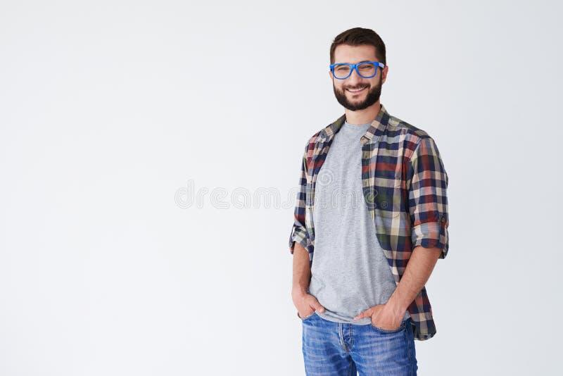 Retrato del individuo satisfecho sonriente aislado en el fondo blanco fotografía de archivo