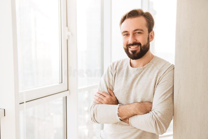 Retrato del individuo sonriente 30s que tiene la barba y bigote, colocándose foto de archivo
