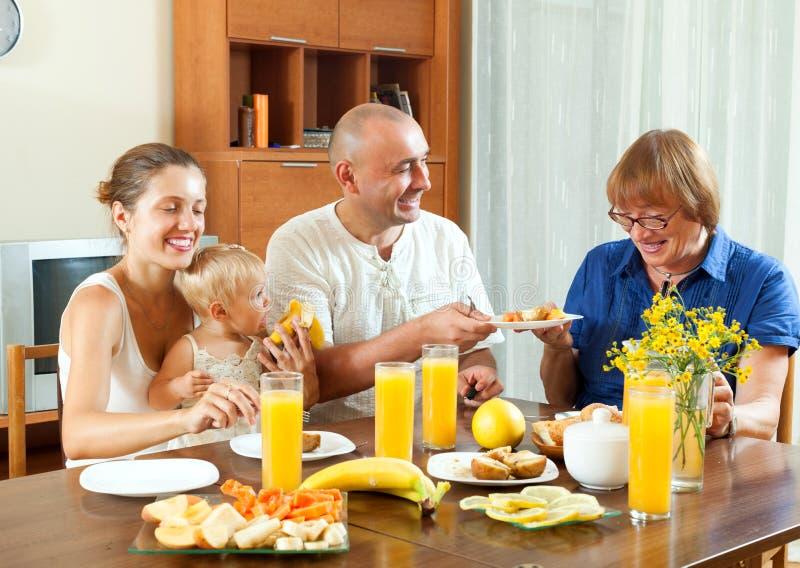 Retrato del ingenio alegre de tres de las generaciones de la familia friuts de la consumición foto de archivo