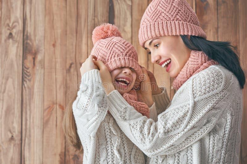 Retrato del invierno de la familia fotografía de archivo