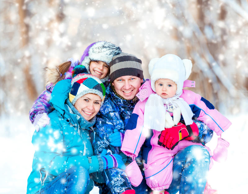 Retrato del invierno de la familia joven feliz imagen de archivo