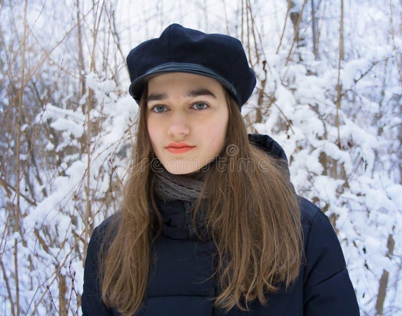 Retrato del invierno de la muchacha adolescente en bosque nevoso del invierno fotografía de archivo libre de regalías