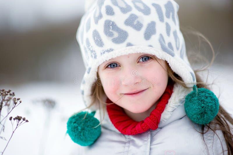 Retrato del invierno de la muchacha sonriente adorable del niño fotos de archivo libres de regalías