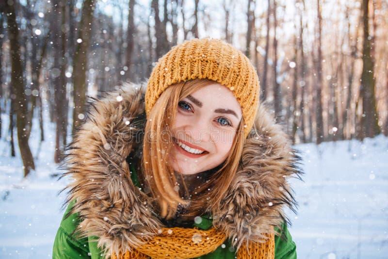 Retrato del invierno de la mujer joven Retrato del primer de la muchacha feliz Expresando positividad, verdad las emociones brigh imagen de archivo
