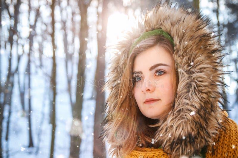 Retrato del invierno de la mujer joven Retrato del primer de la muchacha feliz Expresando positividad, verdad las emociones brigh imagenes de archivo