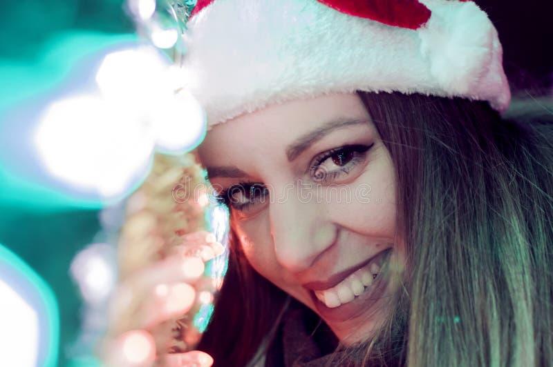 Retrato del invierno de la mujer morena hermosa joven que lleva la redecilla hecha punto cubierta en nieve foto de archivo libre de regalías
