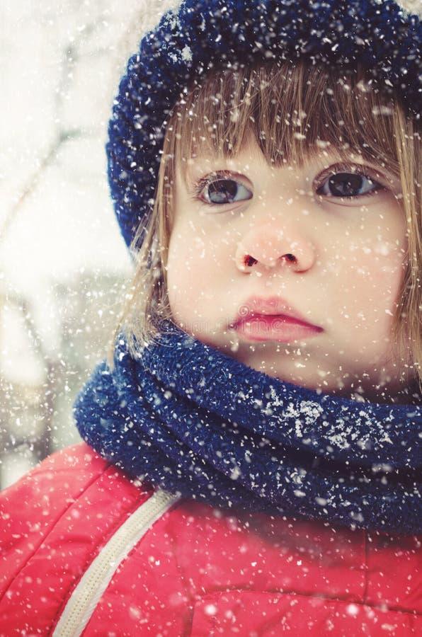 Retrato del invierno de la niña linda que lleva la ropa acogedora caliente fotos de archivo