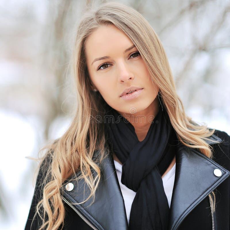 Retrato del invierno de un blonde hermoso foto de archivo libre de regalías