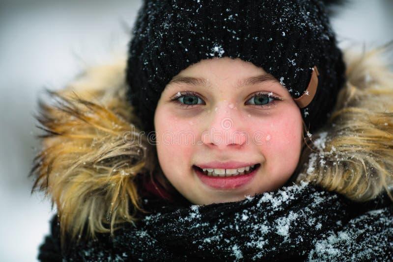 Retrato del invierno de un pequeño primer feliz de la muchacha fotografía de archivo