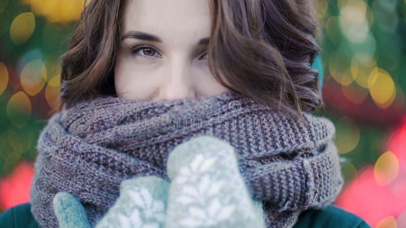 Retrato del invierno de una muchacha hermosa joven en las calles de una ciudad europea Primer de la mujer joven hermosa con imagen de archivo libre de regalías