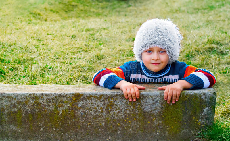 Retrato del invierno del niño juguetón feliz fotos de archivo