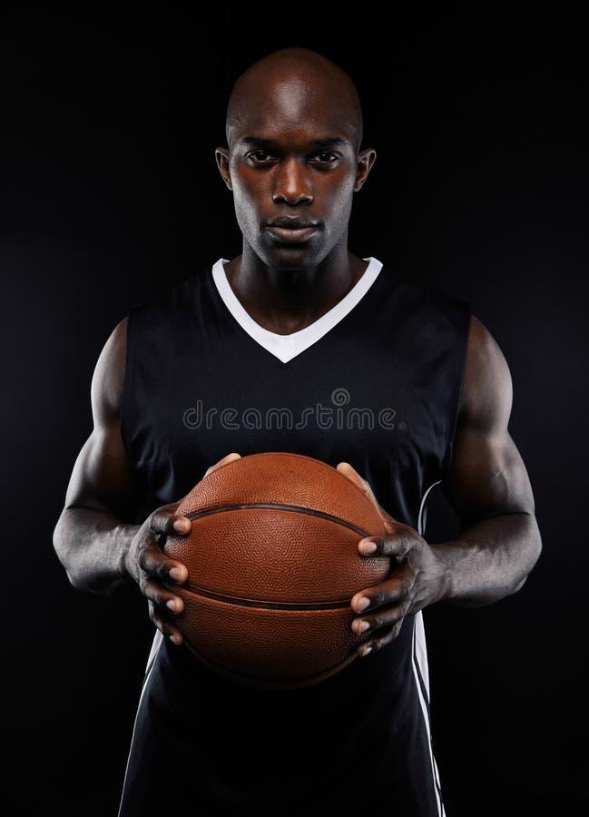 Retrato del jugador de básquet de sexo masculino con una bola fotos de archivo libres de regalías
