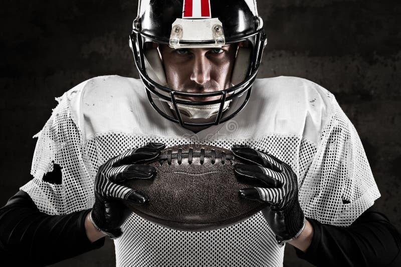 Retrato del jugador de fútbol americano que celebra una bola imagen de archivo libre de regalías