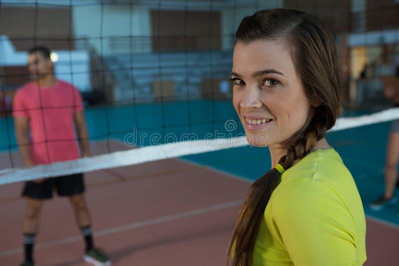 Retrato del jugador de voleibol femenino sonriente fotos de archivo
