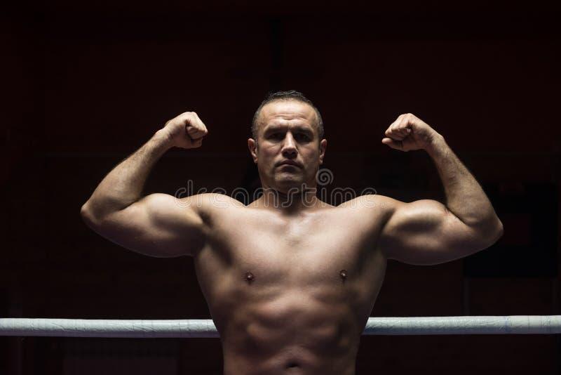 Retrato del kickboxer profesional muscular imagen de archivo libre de regalías