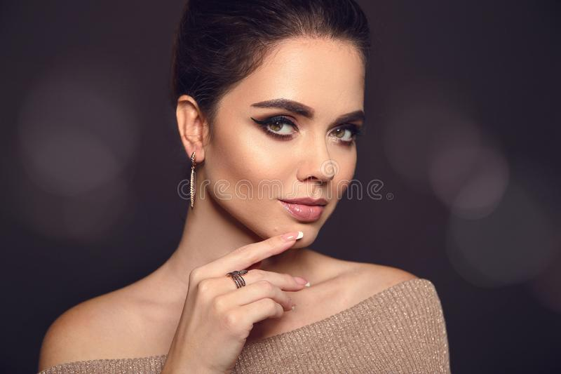 Retrato del maquillaje de la belleza Modelo de moda Golden Jewelry Hermoso foto de archivo libre de regalías