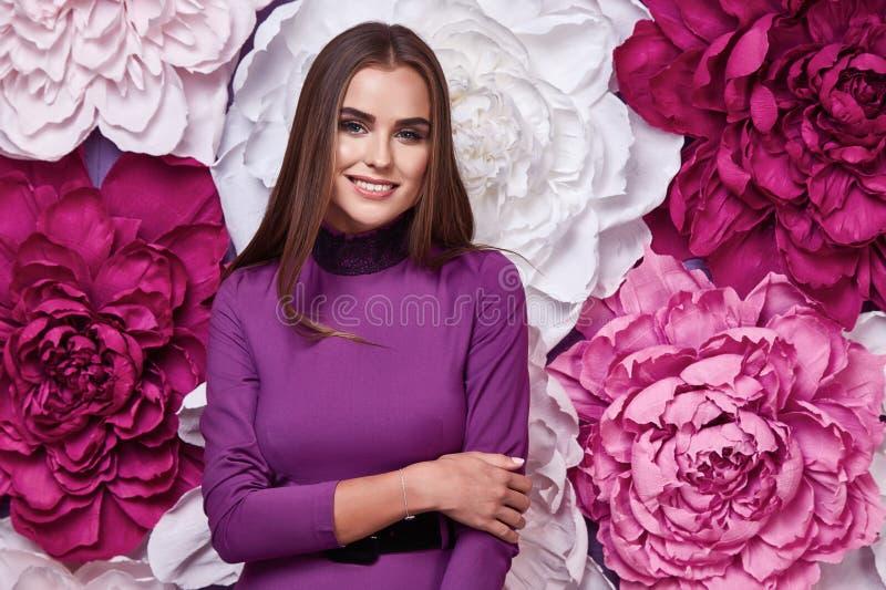 Retrato del maquillaje natural brillante de la mujer atractiva hermosa joven imagen de archivo libre de regalías