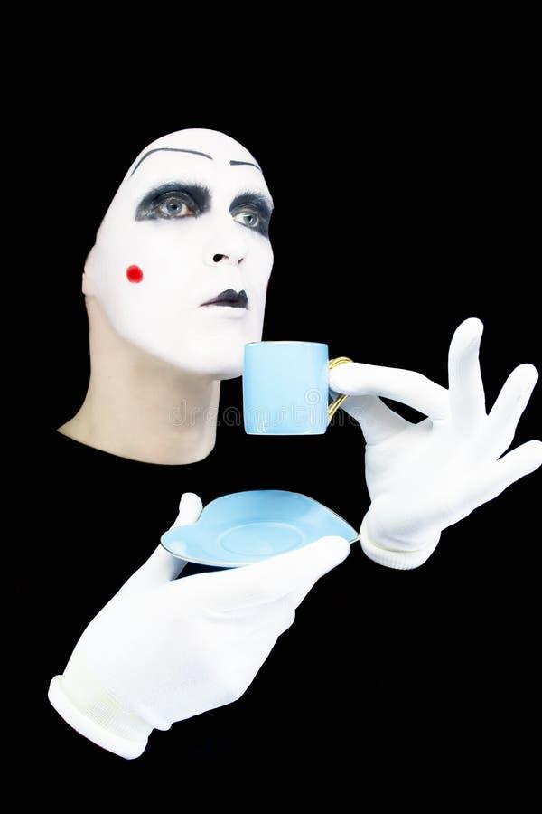 Retrato del mime con una taza azul fotografía de archivo