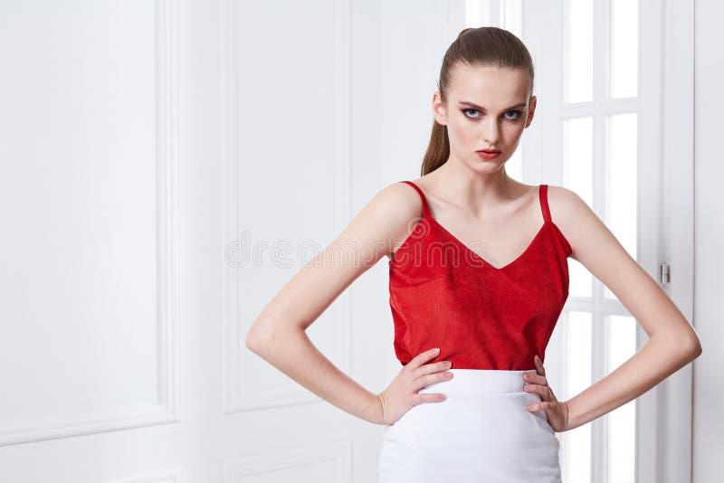 Retrato del modelo de moda atractivo atractivo del encanto de la mujer joven po fotografía de archivo libre de regalías