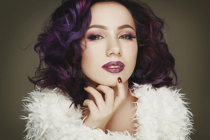 Retrato del modelo de moda atractivo hermoso con el pelo púrpura sobre g imágenes de archivo libres de regalías