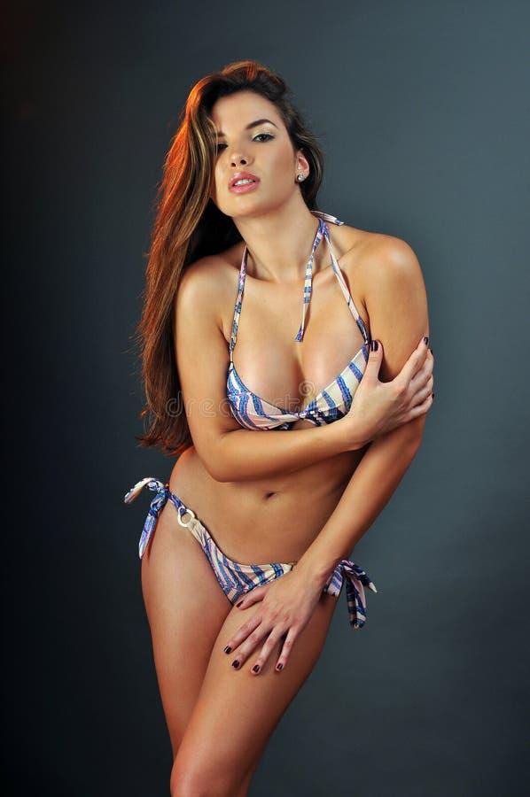 Retrato del modelo de moda bonito del traje de baño de Latina fotos de archivo