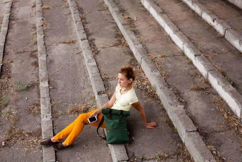 Retrato del modelo de moda Girl en el fondo industrial imagen de archivo