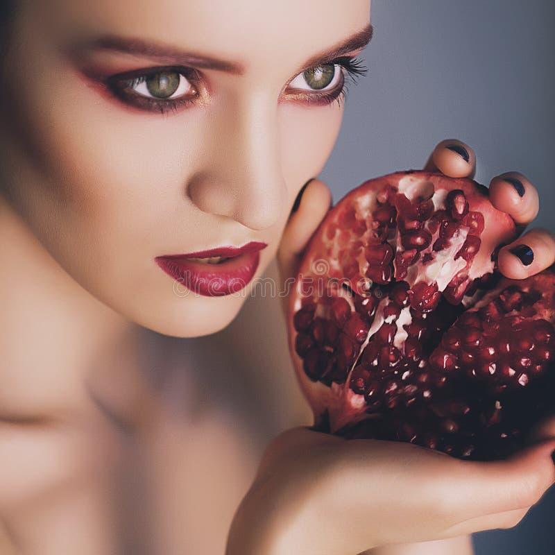 Retrato del modelo de moda hermoso con granate en manos imagen de archivo libre de regalías