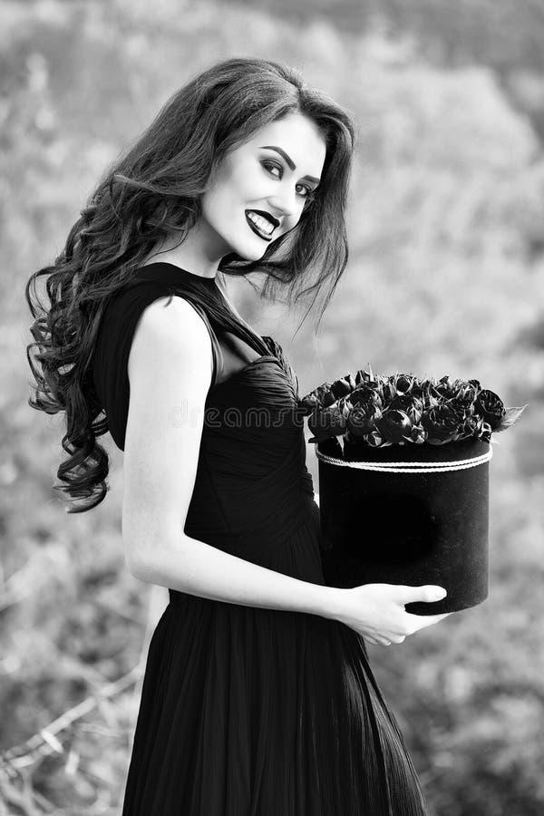 Retrato del modelo de moda de la belleza muchacha sonriente atractiva con las rosas rojas fotos de archivo libres de regalías