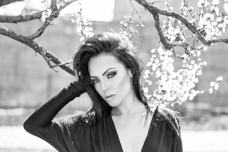 Retrato del modelo de moda de la belleza Mujer con el albaricoque floreciente imagen de archivo