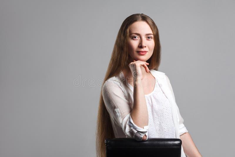 Retrato del modelo feliz hermoso con el pelo marrón largo en blanco fotografía de archivo