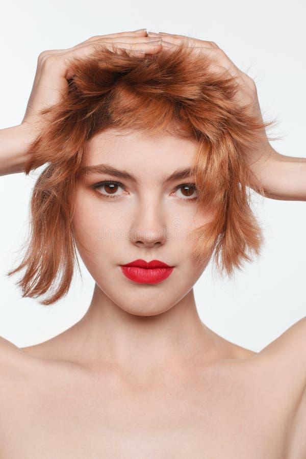 Retrato del modelo femenino interesante con los labios rojos foto de archivo libre de regalías