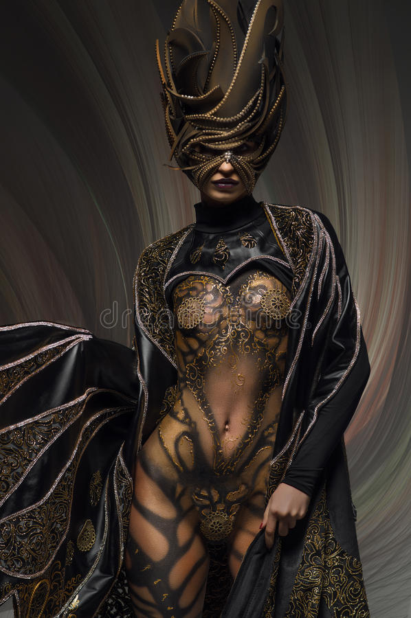 Retrato del modelo hermoso con arte de cuerpo de oro de la mariposa de la fantasía imagenes de archivo