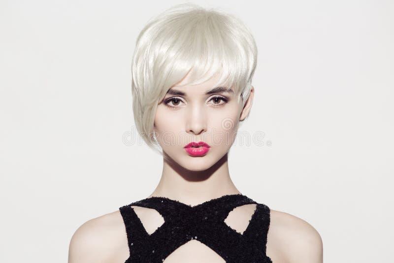 retrato del modelo hermoso con el pelo rubio brillante perfecto imagen de archivo libre de regalías