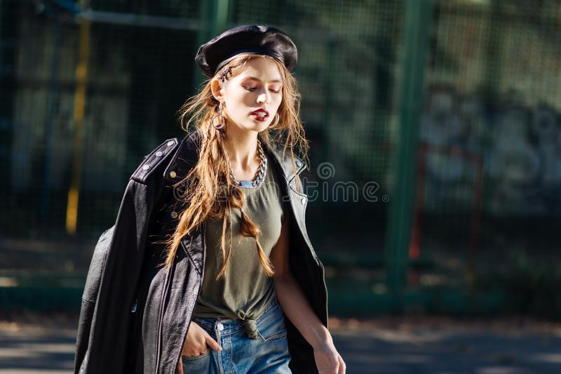 Retrato del modelo prometedor joven hermoso que lleva la boina de cuero negra imagen de archivo libre de regalías