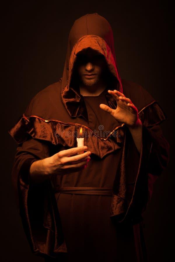 Retrato del monje irreconocible del misterio foto de archivo libre de regalías