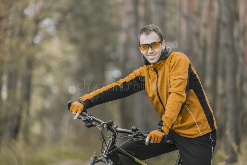 Retrato del motorista en bosque imagen de archivo