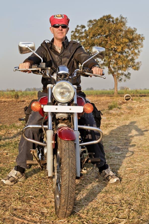 Retrato del motorista europeo en la India foto de archivo