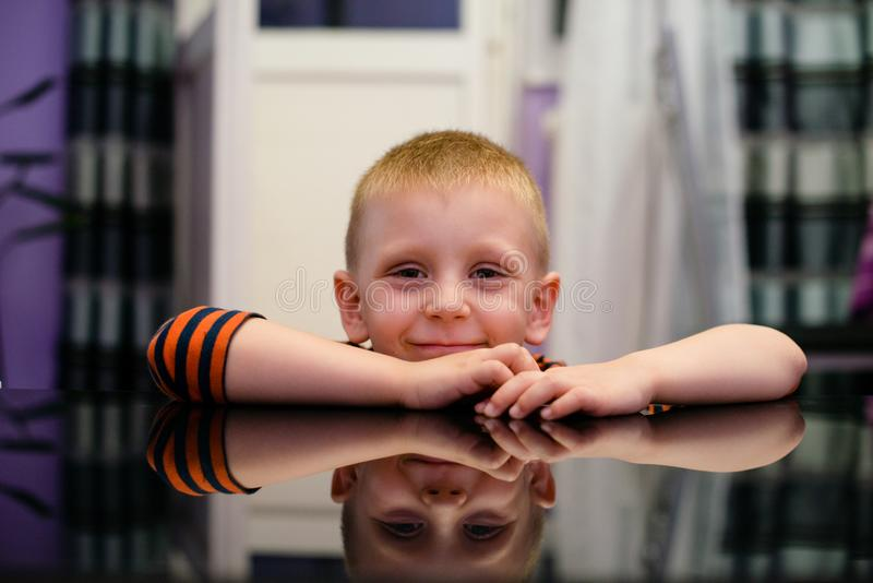 Retrato del muchacho caucásico lindo del pelo rubio imágenes de archivo libres de regalías
