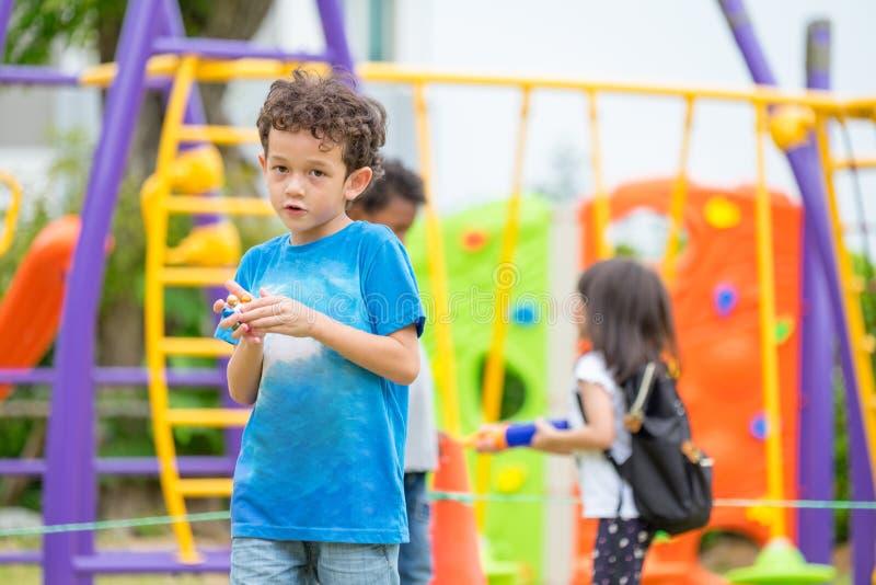 Retrato del muchacho de los niños que se divierte en el juguete que sube del ` s de los niños con fotos de archivo libres de regalías