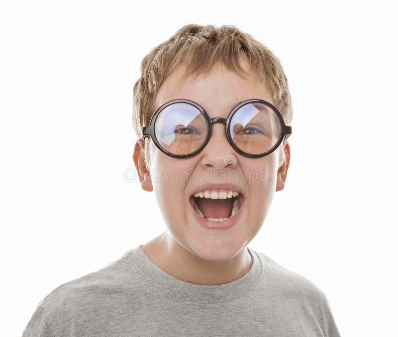 Retrato del muchacho de risa en vidrios redondos negros imagen de archivo libre de regalías