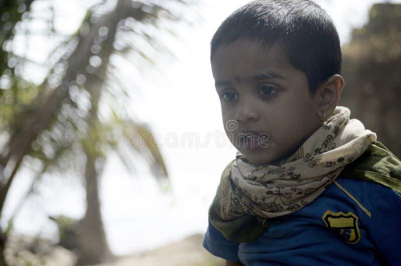 Retrato del muchacho en el parque del coco en la playa imagen de archivo