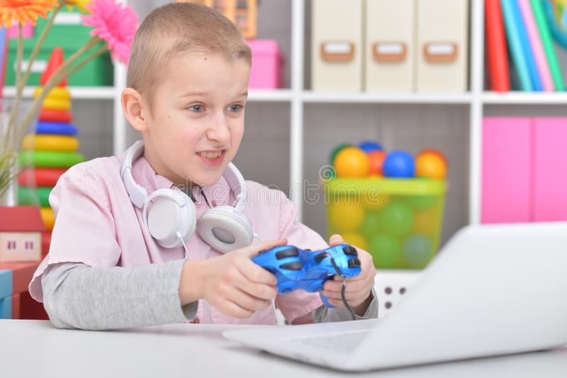 Retrato del muchacho feliz que juega al videojuego en casa imágenes de archivo libres de regalías