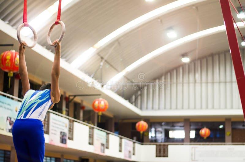 Retrato del muchacho del gimnasta que compite en el estadio imágenes de archivo libres de regalías