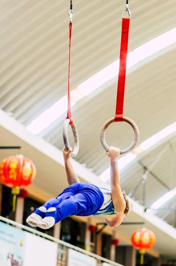 Retrato del muchacho del gimnasta que compite en el estadio imagen de archivo
