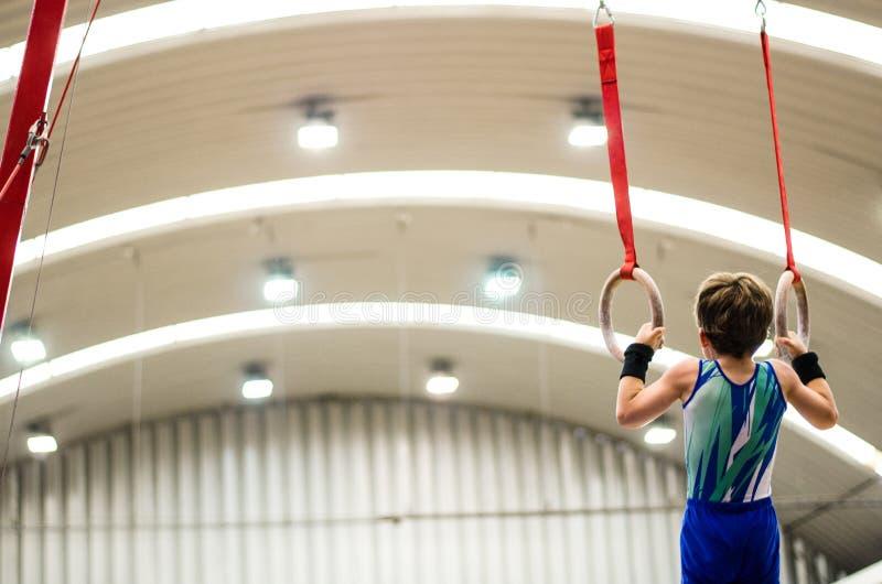 Retrato del muchacho del gimnasta que compite en el estadio imagen de archivo libre de regalías